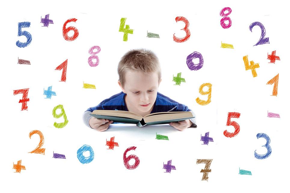 Kind schaut in Buch
