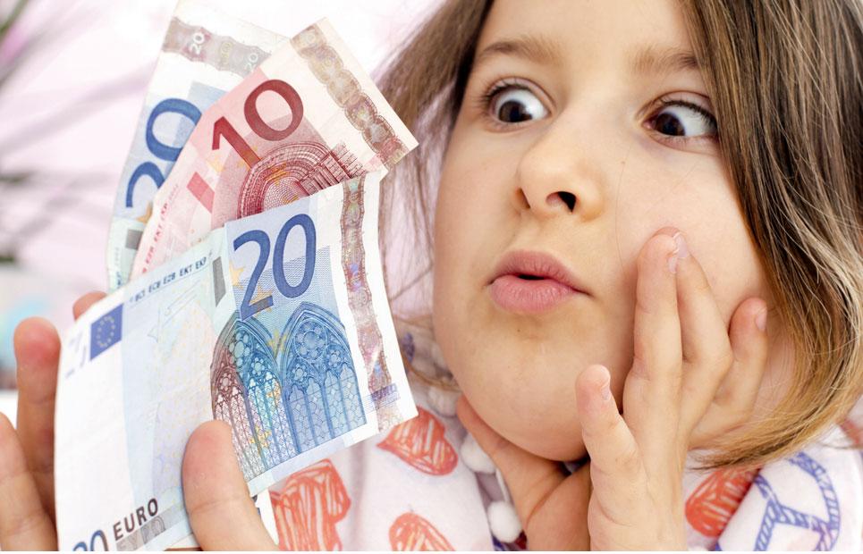 Mädchen bestaunt Geldscheine