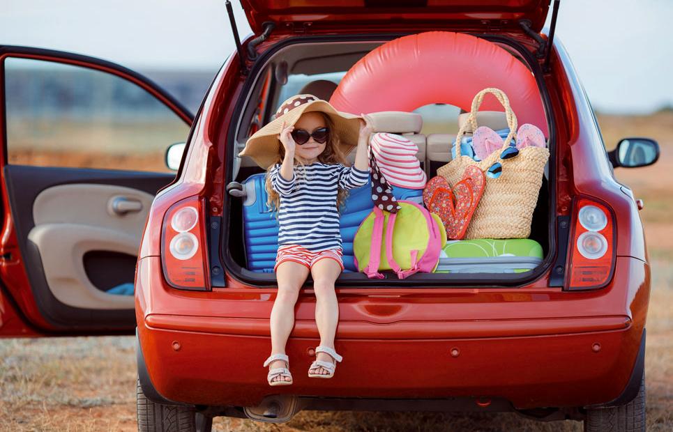 Kind sitzt in Kofferraum