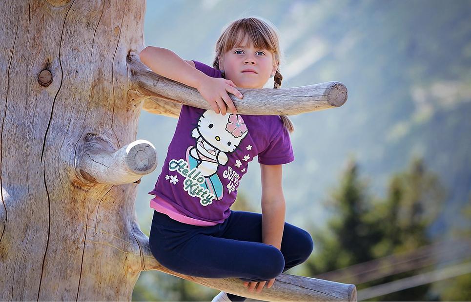 Kind auf Kletterbaum