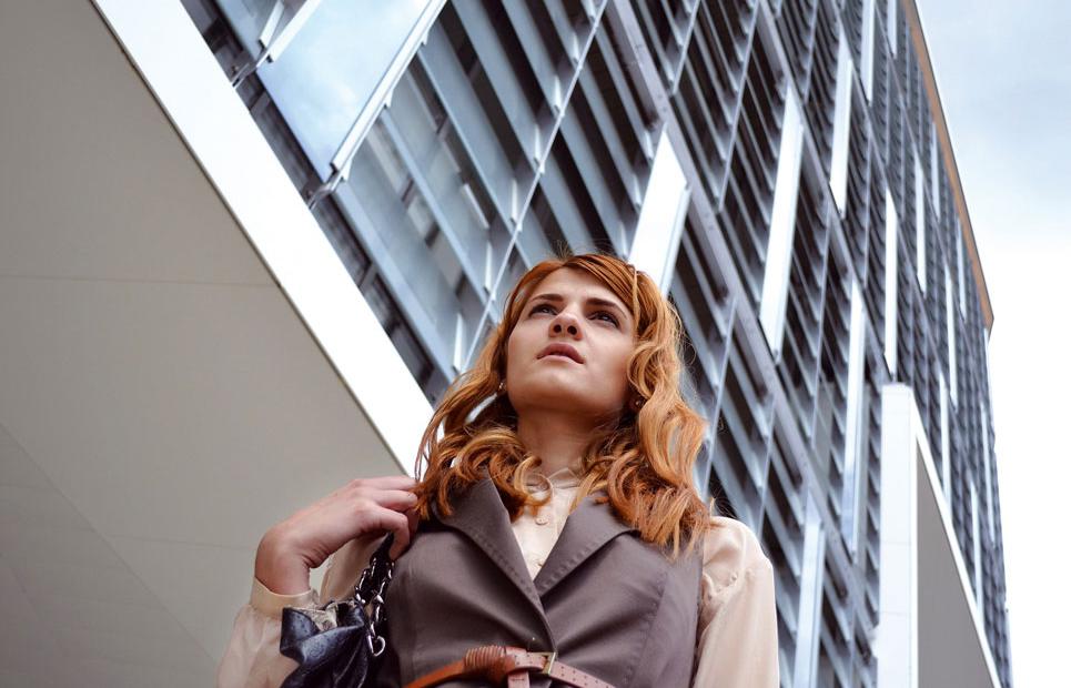 Frau vor Bürogebäude