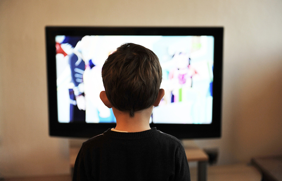 Kind vor Fernsehr