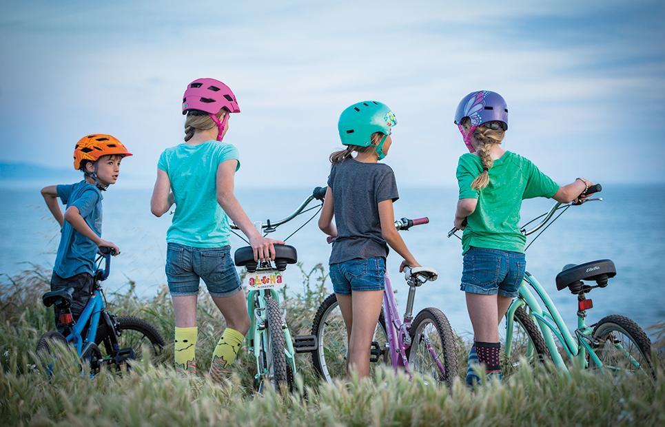 Vier Kinder mir Fahrrädern