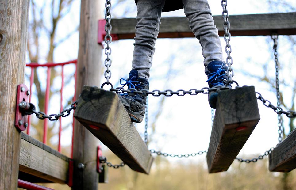 Kind auf Hängebrücke