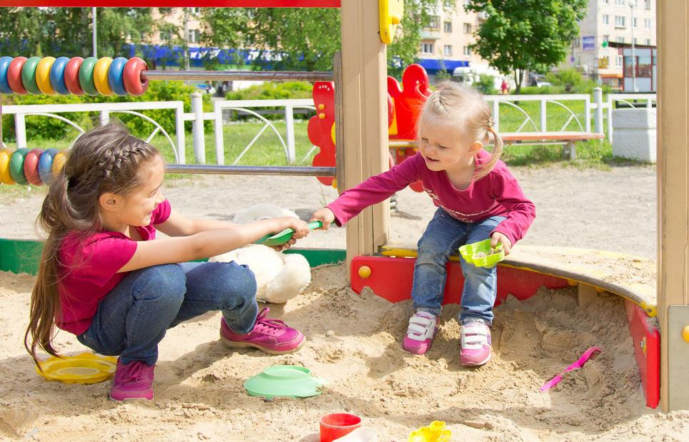 Kinder streiten im Sandkasten