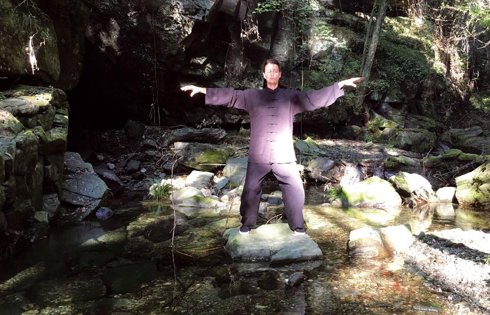 Frau macht Qigong