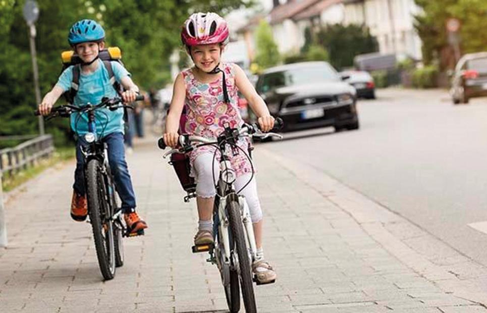 Schulkinder auf dem Fahrrad