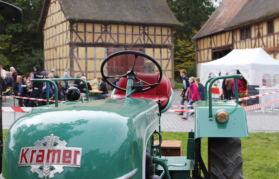 Gelände des Hessenparks, im Vordergund ein grüner Traktor