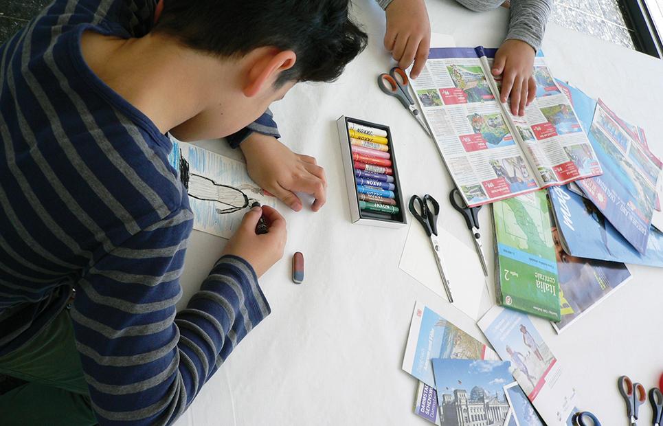 Ein Junge sitzt an einem Tisch und zeichnet