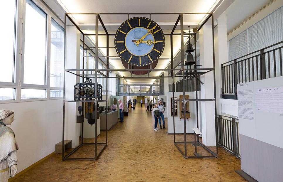 Blick auf eine große Uhr im TECHNOMUSEUM